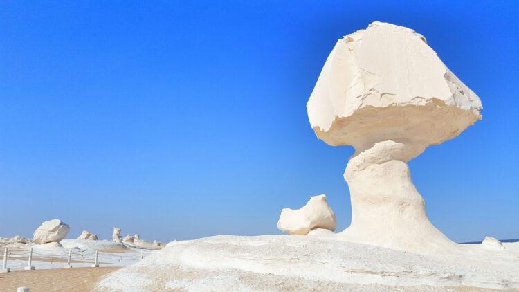 Белая пустыня и скалы Гриб и Курица